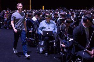 Mark, CEO de Facebook, caminando entre personas con visores de realidad virtual